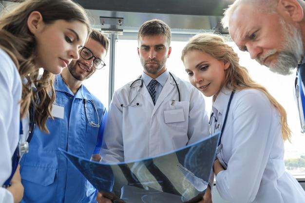 Groupe de médecins vérifiant les radiographies dans un hôpital.