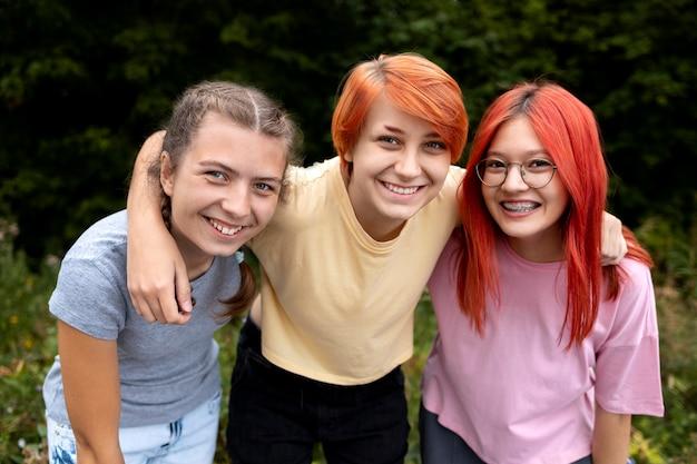 Groupe de meilleures amies de fille posant ensemble