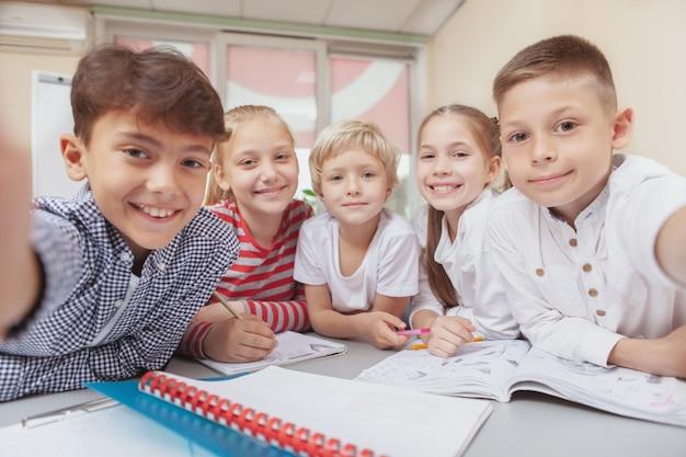 Groupe de mignons petits enfants réunissant en classe d'art