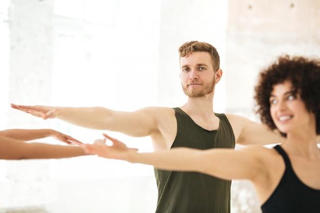 Groupe mixte de personnes de fitness faisant des exercices