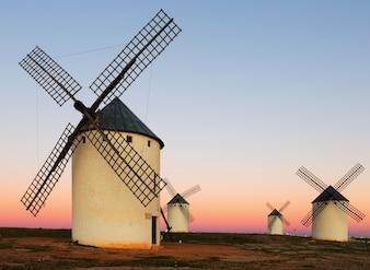 Groupe de moulins à vent au champ au lever du soleil