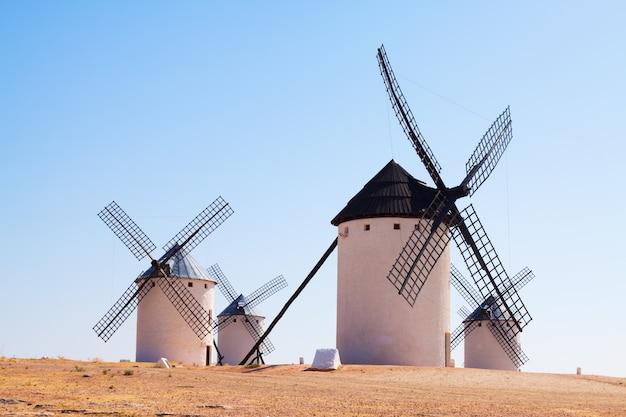 Groupe de moulins à vent rétro