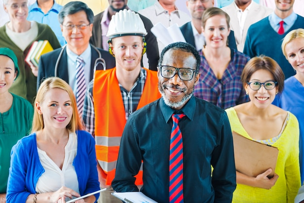 Groupe multi-ethnique de personnes ayant diverses professions