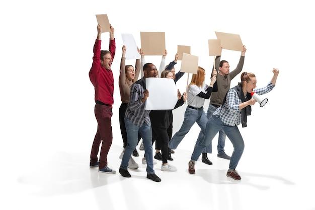 Groupe multiculturel émotionnel de personnes criant tout en tenant des pancartes vierges sur blanc