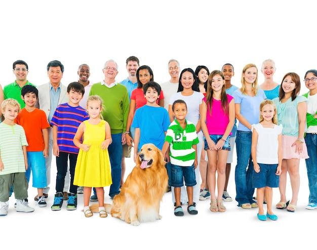 Groupe multiethnique de personnes d'âge mixte réunies en une seule famille.
