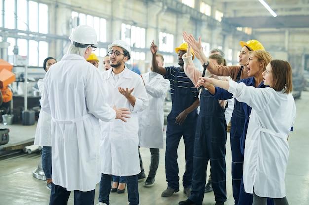 Groupe multiethnique de travailleurs en grève