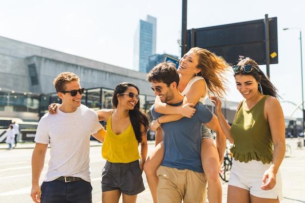 Groupe multiracial d'amis ensemble dans la ville