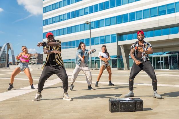 Groupe multiracial de danse hip hop