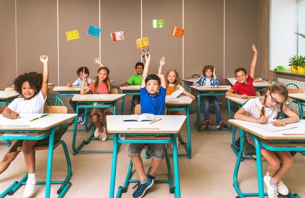 Groupe multiracial d'enfants à l'école primaire