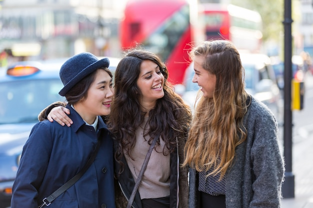 Groupe multiracial de filles marchant à londres