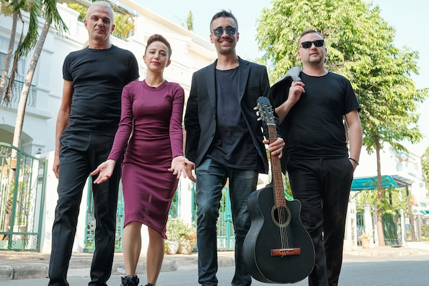 Groupe de musiciens heureux