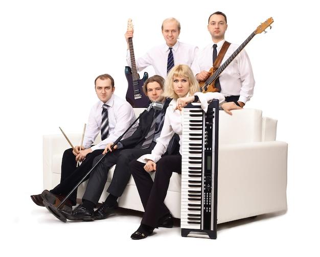 Groupe de musiciens avec des instruments. isolé sur fond blanc photo avec espace copie