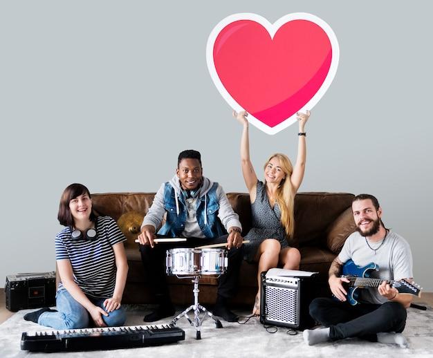 Groupe de musiciens tenant une émoticône coeur
