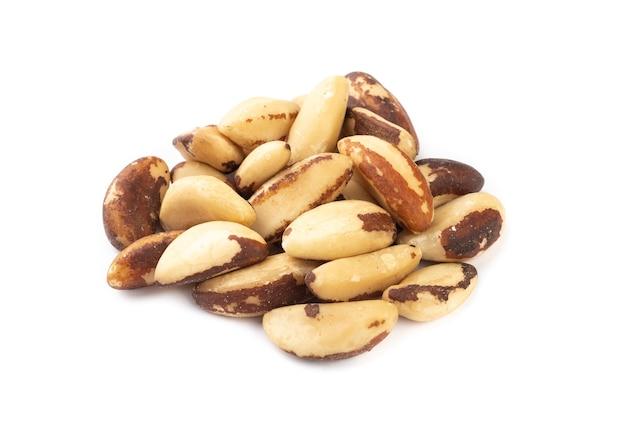 Un groupe de noix du brésil isolé.