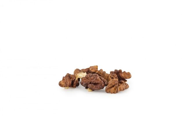 Groupe de noix isolé sur fond blanc
