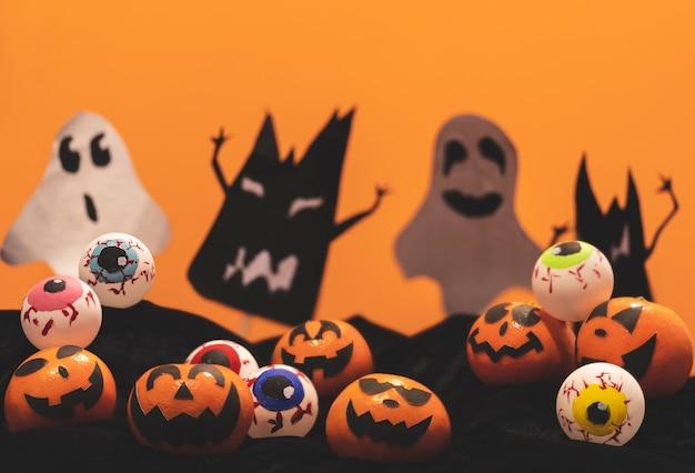 Groupe, de, oranges, figure, peinture, à, effrayant, et, oeil, boules, sur, halloween, fête