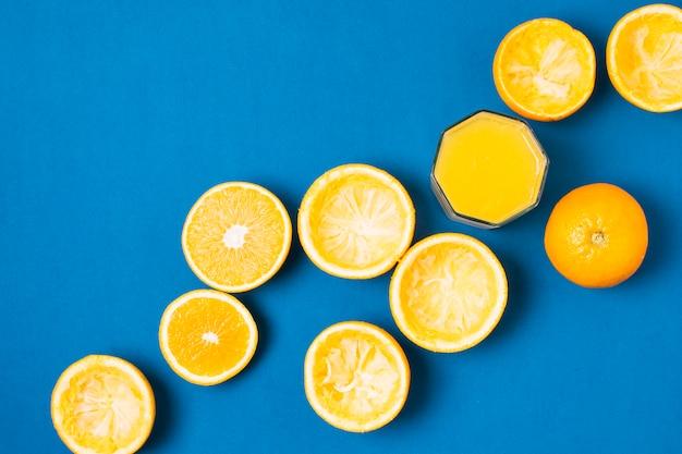 Groupe d'oranges sur fond bleu