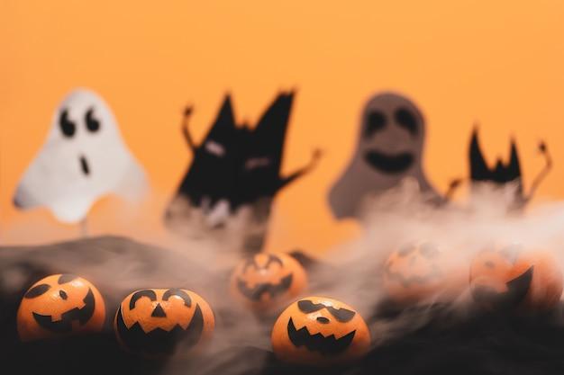 Groupe d'oranges visage peinture avec effrayant le jour de la fête d'halloween avec le mythe.