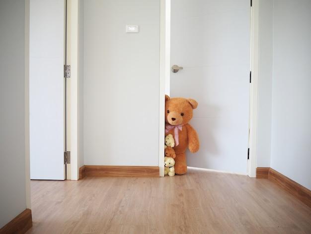 Un groupe d'ours en peluche debout à l'intérieur de la maison.