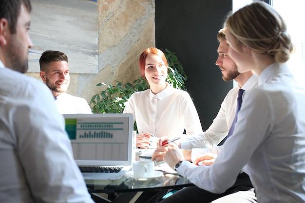 Groupe de partenaires commerciaux discutant des idées et planifiant le travail au bureau.