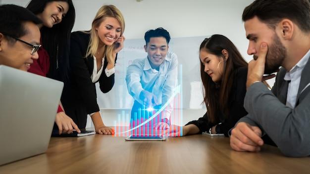 Groupe de partenaires commerciaux présents avec hologramme graphique moderne.