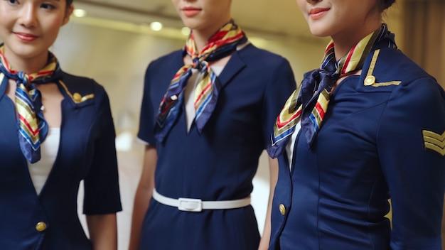 Groupe de personnel de cabine dans un avion