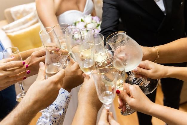 Groupe de personnes acclamant avec du champagne