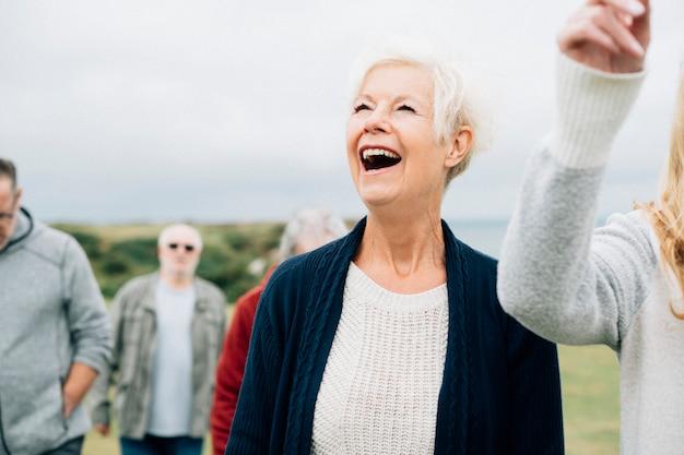 Groupe de personnes âgées jouissant ensemble