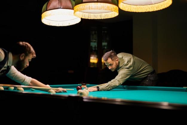 Groupe de personnes ou d'amis jouant ensemble au billard, au billard ou au billard, profitez de votre temps libre. amusement, billard, loisirs, concept de repos