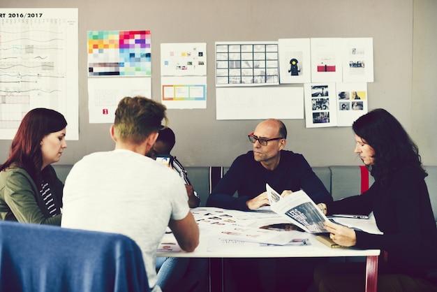 Groupe de personnes assistant à un cours de démarrage d'entreprise