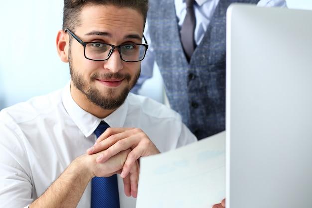 Groupe de personnes au bureau utilisent un ordinateur portable