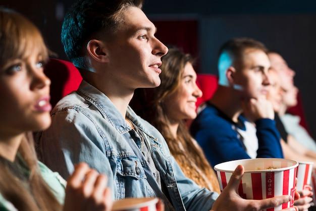 Groupe de personnes au cinéma