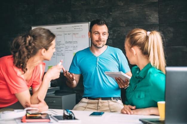 Groupe de personnes ayant une réunion au bureau