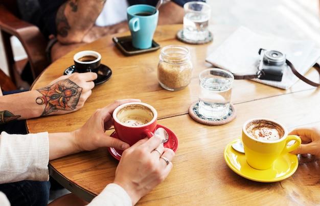 Groupe de personnes buvant du café
