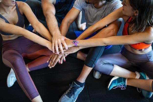 Groupe de personnes célébrant l'objectif réussi, atteignant le résultat de l'équipe. travail d'équipe, unité, soutien, teambuilding, motivation, concept de vie active