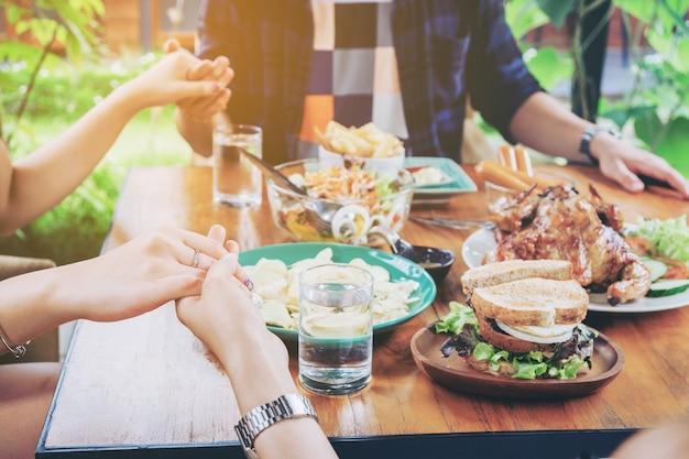 Groupe de personnes célébrant thanksgiving vacances tradition vacances
