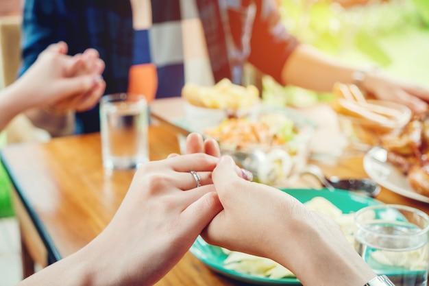 Groupe de personnes célébrant les vacances de thanksgiving