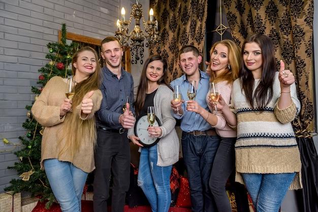 Groupe de personnes avec champagne célébrant le nouvel an