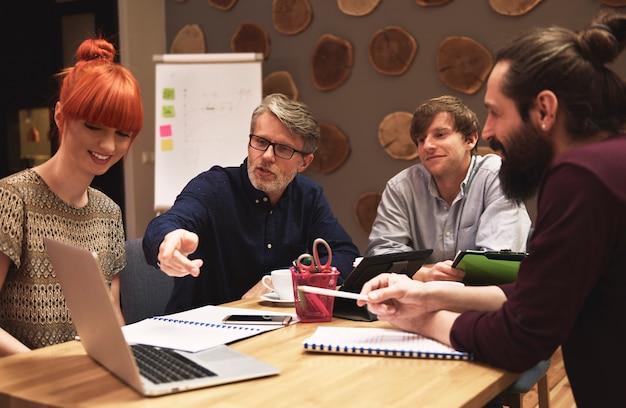 Groupe de personnes créatives analysant le résultat du travail