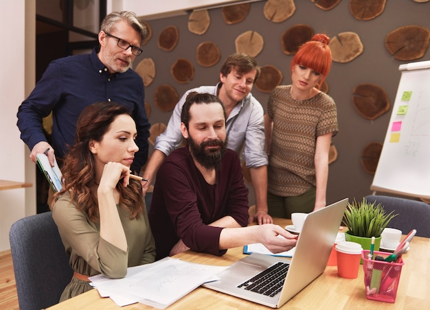 Groupe De Personnes Créatives Analysant Le Résultat Du Travail Photo gratuit