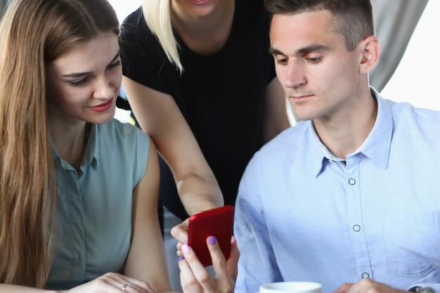 Groupe de personnes dans un café communiquer