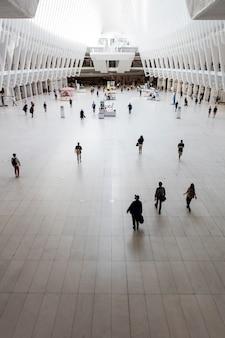 Groupe de personnes dans une composition de ville