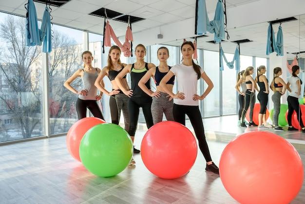 Groupe de personnes dans une salle de sport avec ballon en forme