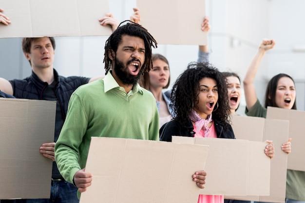 Groupe de personnes debout et protestant