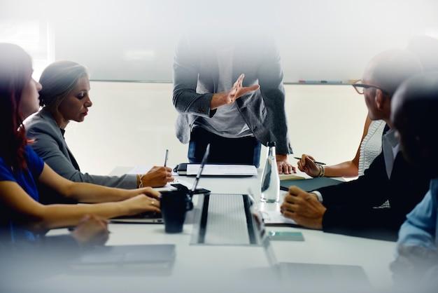 Groupe de personnes diverses assistant au cours de démarrage d'entreprise