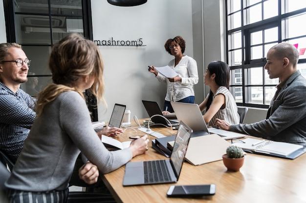 Groupe de personnes diverses ayant une réunion de travail