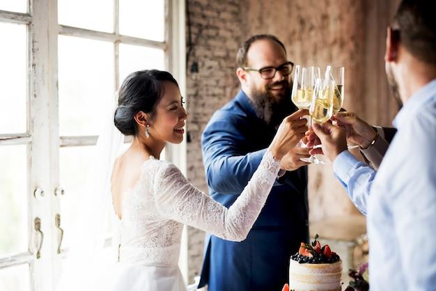 Groupe de personnes diverses clinking verres à vin ensemble