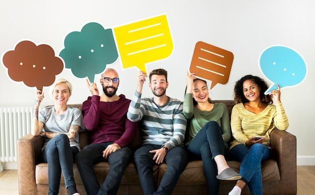 Groupe de personnes diverses avec l'icône de bulle de discours
