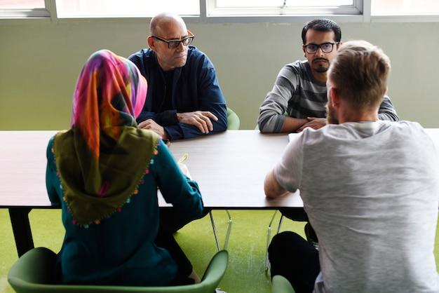Groupe de personnes diverses participant au cours de démarrage d'entreprise