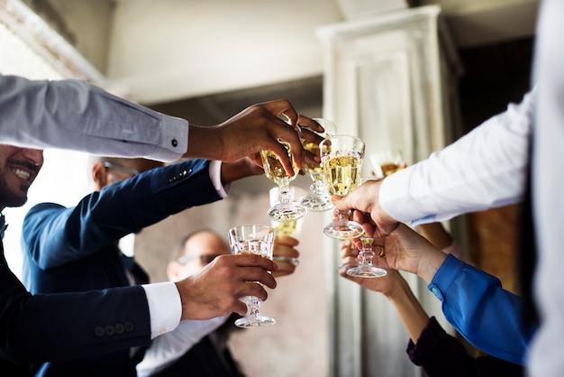 Groupe de personnes diverses tachant des verres à vin ensemble félicitations célébration